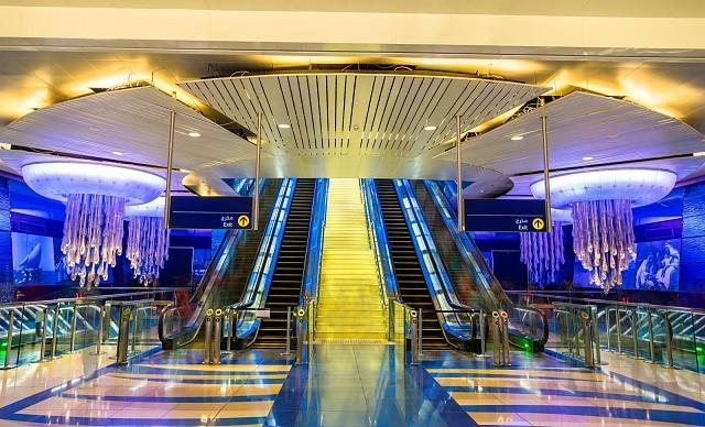 Vinteriérech stanic existuje pět motivů. Dědictví symbolizuje kulturu a historii Spojených arabských emirátů.