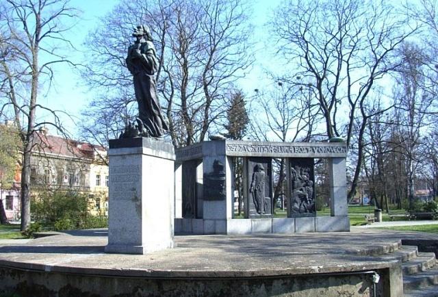 Po roce 1918vyrostly včeských městech stovky Husových pomníků. Jeden znejpůsobivějších od Františka Bílka stojí vTáboře.