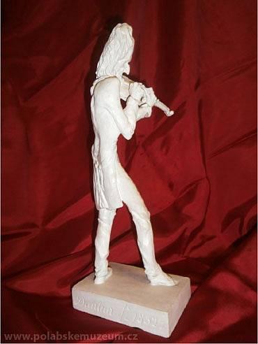 Plastická karikatura Niccola Paganiniho od J. P. Dantana (pohled zezadu)