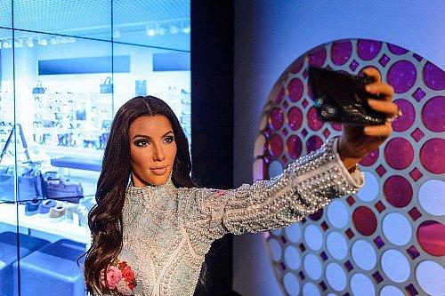 Kim Kardashian – dcera Roberta Kardashiana, který dělal advokáta O. J. Simpsonovi, se také činí v oboru IT. Se třemi partnery už v roce 2007 založila ShoeDazzle, tedy e-shop pro prodej bot a dalších módních doplňků.