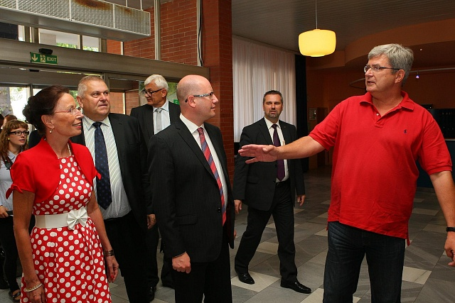 Premiér Bohuslav Sobotka loni vsrpnu vNymburku sMiroslavem Janstou (vpravo)