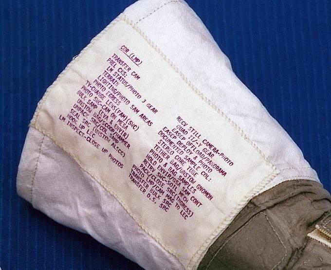 V detailu poznámky na rukavici skafandru Neila Armstronga