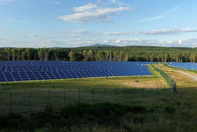 Jedna znejvětších solárních elektráren vČesku. Postavil ji ČEZ vbývalém vojenském areálu uRalska.