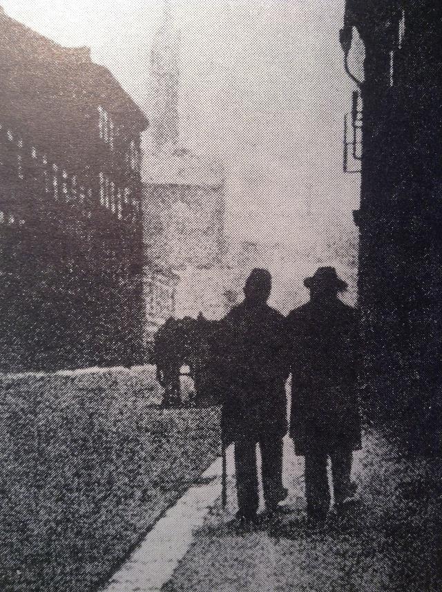 Jan Neruda, podporovaný při chůzi veřejným posluhou, na jedné zposledních procházek Prahou