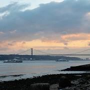 Most Ponte 25 de Abril a v pozadí 28 metrů vysoká socha Krista