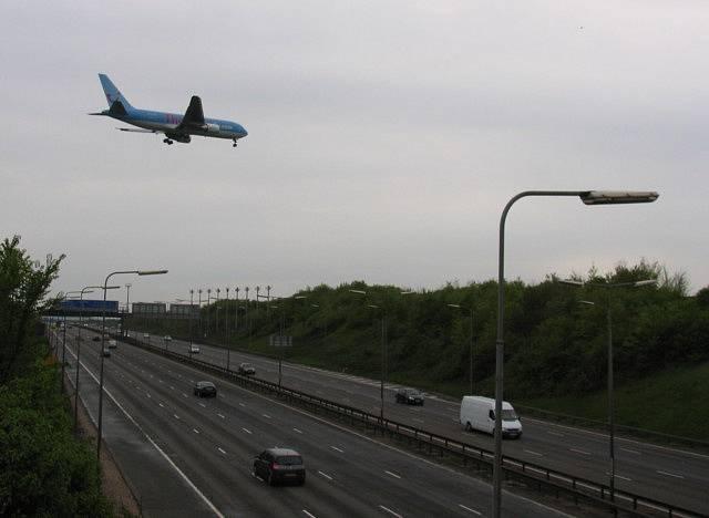 Přistávací dráha letiště Midlands se nachází jen 900 metrů za dálnicí