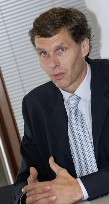 Veslař Jiří Kejval v 90. letech úspěšně vesloval za Duklu Praha i za reprezentaci. Spoluzaložil firmu Techo (Technické osvětlení) vyrábějící lampičky a později i kancelářský nábytek. Firma vyrostla k miliardovým tržbám. Před 4 roky se stal šéfem ČOV.