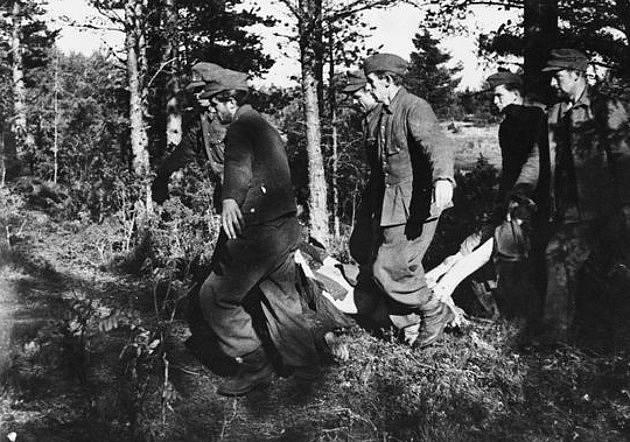 Příslušníci SS odtahují mrtvá těla obětí z pracovního tábora Klooga