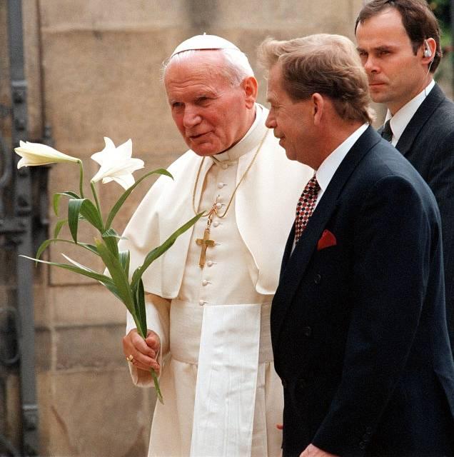Jan Pavel II. v roce 1990 při první návštěvě Prahy s tehdejším československým prezidentem Václavem Havlem