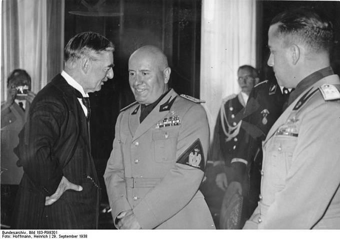Nevill Chamberlein a Benito Mussolini na konferenci v Mnichově