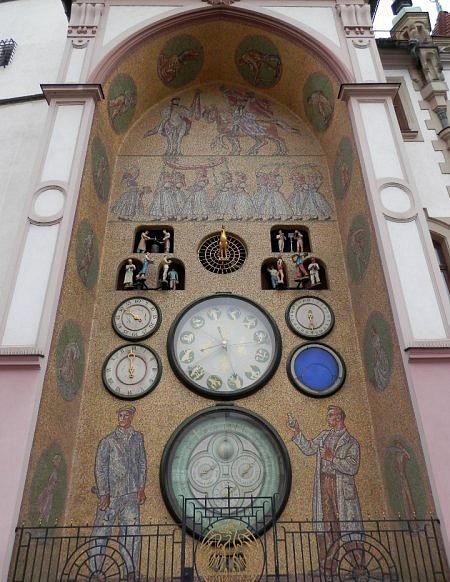 Orloj na olomoucké radnici od Karla Svolinského zroku 1955je unikátním dílem socialistického realismu.
