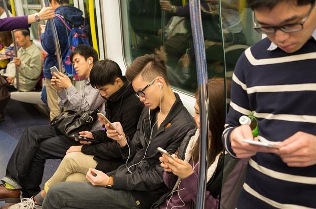 Chytré telefony pronikly do čínských měst. Foto pochází z Hongkongu.