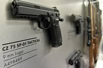 Implementace směrnice by mohla v příštích letech poškodit i českou zbrojní výrobu, tvrdí petenti