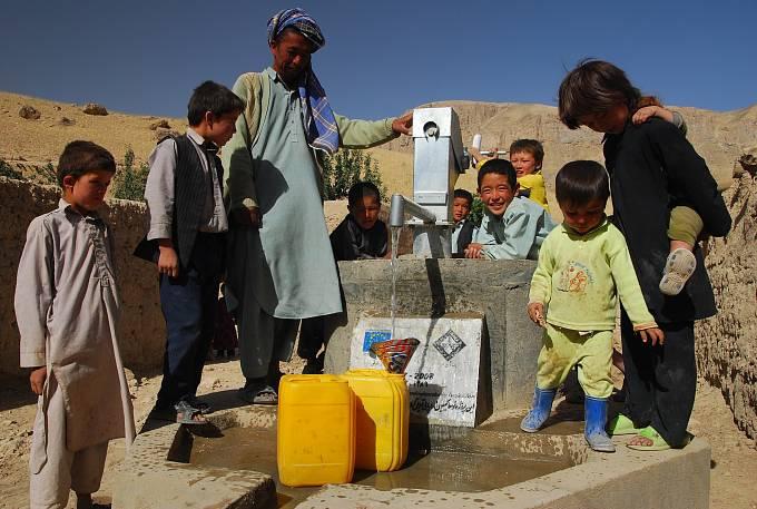V místech, kde mají lidé špatný přístup kvodě, pomáhá Člověk vtísni vesničanům budovat rozvodné sítě, nové studny nebo nádrže na vodu, které slouží v mnoha oblastech jako jediný zdroj vody po více než polovinu roku.