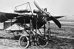 Kašparův Blériot po přistání. Dne 13. května 1911 uskutečnil český aviatik, inženýr Jan Kašpar, památný 120 kilometrů dlouhý přelet z Pardubic do Prahy, a vytvořil tak tehdejší rakousko-uherský rekord