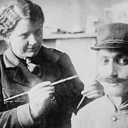 Sochařka Anna Coleman Ladd při práci