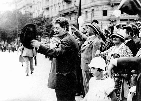 Atentátník Friedrich Adler vítá vulicích Vídně vroce 1919ustavení Rakouské republiky
