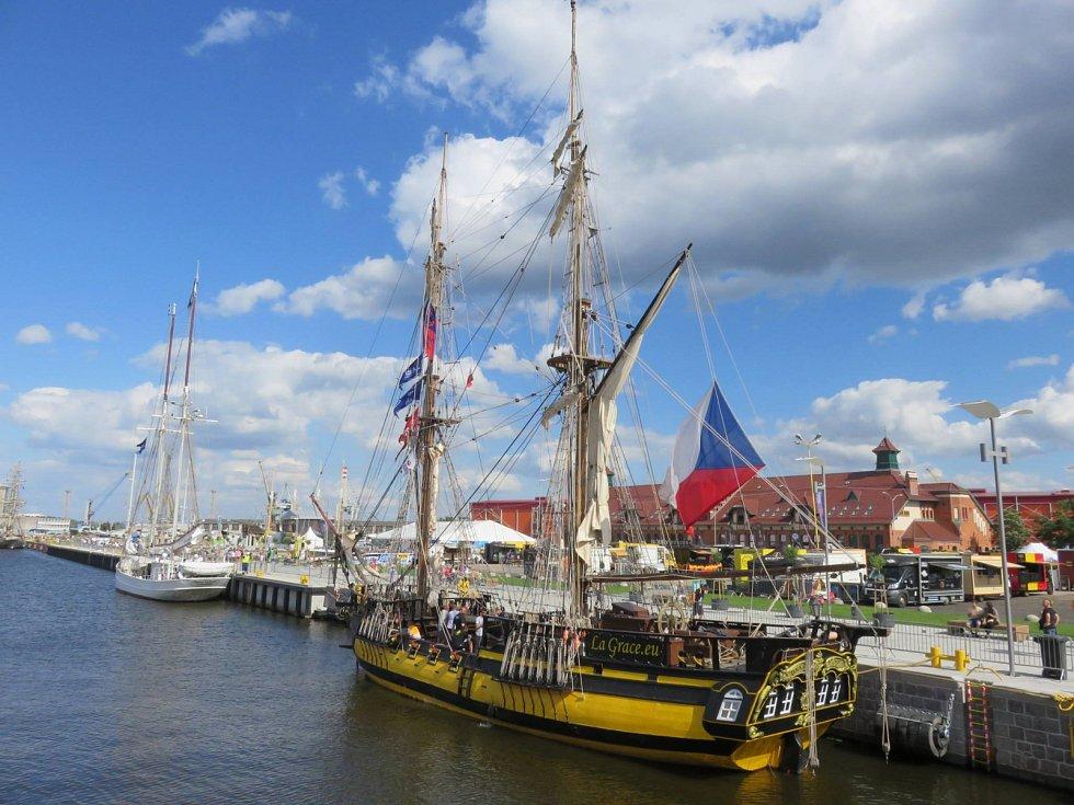 Loď La Grace plující pod českou vlajkou