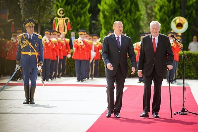 Miloš Zeman při loňské státní návštěvě Ázerbájdžánu s tamním autoritářským vůdcem Alijevem