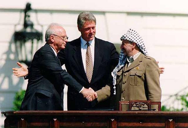 Historické setkání izraelského premiéra Jicchaka Rabina, amerického prezidenta Billa Clintona a palestinského vůdce Jásira Arafata vroce 1993vnorském Oslu.