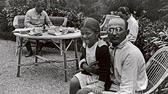 Lavrentij Berija trávil hodně času se Stalinovou rodinou. Tvrdil však, že Stalina nenáviděl. Dokonce je některými prameny obviňován z jeho otravy.