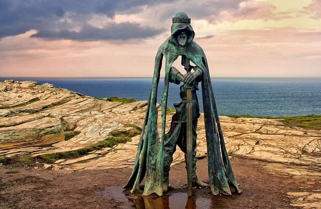 Socha Krále Artuše od Rubina Eynona stojí na skalnatém pobřeží Atlantického oceánu vCornwallu.