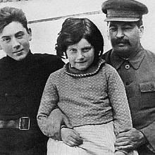 Stalin s dcerou Světlanou a synem Vasilijem
