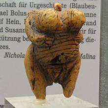 """Soška venuše z Hohle Fels (na snímku její replika) pochází z počátku mladopaleolitické kultury aurignacienu. Přezdívá se jí """"první pin-up girl"""""""