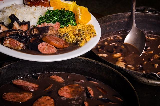 Feijoada je brazilské národní jídlo.