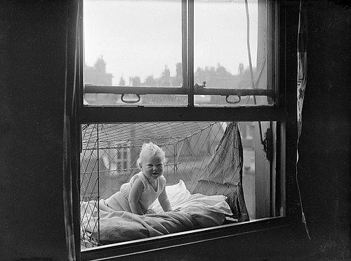 Kvůli nedostatku zahrad strkaly své děti do klecí, které zavěsily na okno