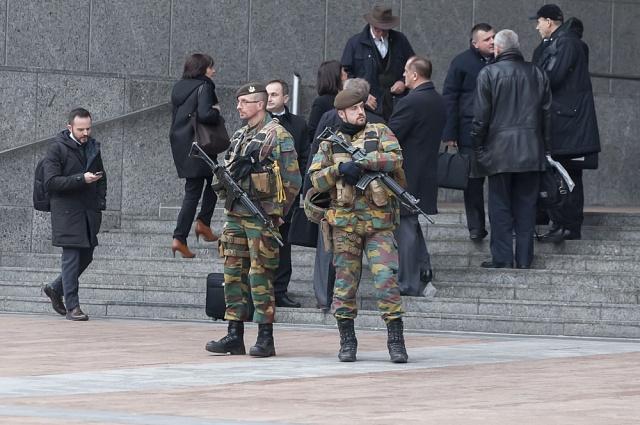 Politici na celém světě reagují na nebezpečí stejně: vulicích se objeví policisté a vojáci. Na snímku bruselský parlament po útocích letos vbřeznu.