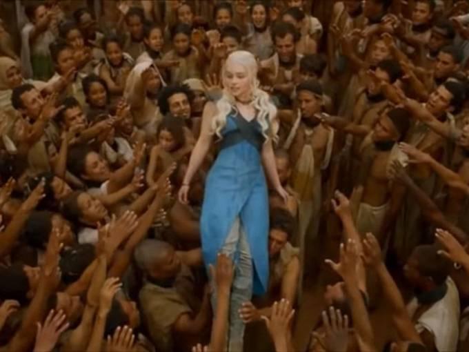 Osvobození otroci děkují Daenerys. Tato scéna naznačuje podle kritiků podvědomou snahu tvůrců ukázat nadřazenost západní společnosti nad jinými kulturami