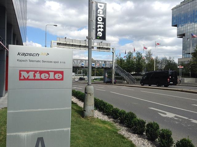 Půvabný výjev z pražských ulic - Deloitte a Kapsch opět blízko sebe