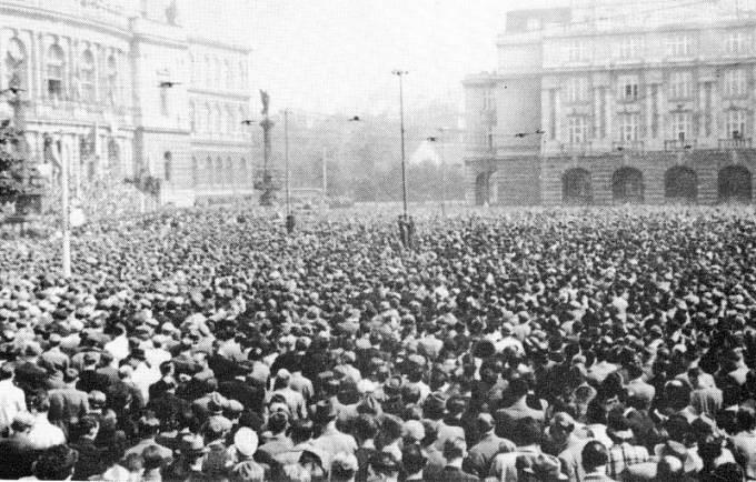 Demonstrace před pražským Rudolfinem proti přijetí požadavků na odstoupení území 22. září 1938