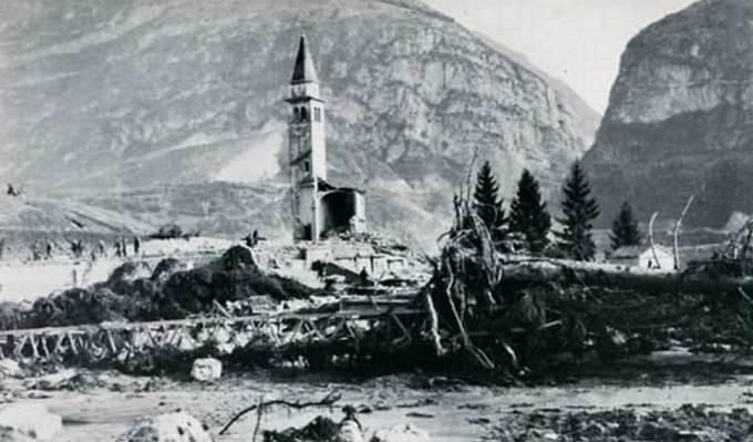 Trosky městečka Longarone se stojící zvonicí kostela.
