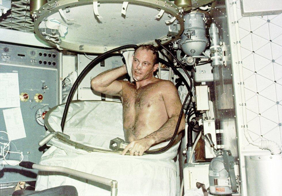 V 70. letech 20. století měli američtí astronauti k dispozici orbitální kosmickou stanici Skylab. Kolem Země kroužila šest let, posádka měla na palubě k dispozici i sprchu.