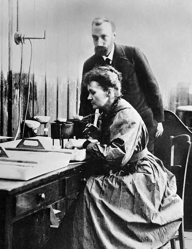 Pierre a Marie Curie-Skłodowská při práci