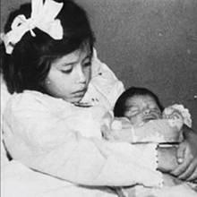 Lina Medina se svým synem Gerardem