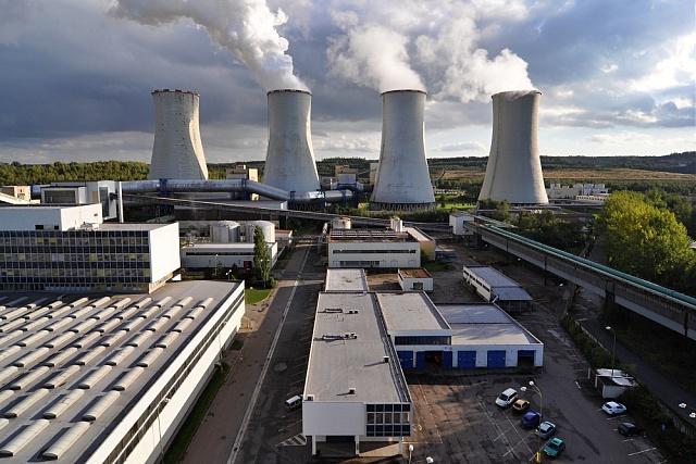 Pohled na uhelnou elektrárnu Chvaletice vPardubickém kraji.