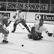 MS v ledním hokeji v Helsinkách 1974 - utkání ČSSR - SSSR. Sovětský reprezentant Gennadij Lebeděv střílí na branku ,kterou střeží Jiří Holeček, uprostřed Oldřich Machač