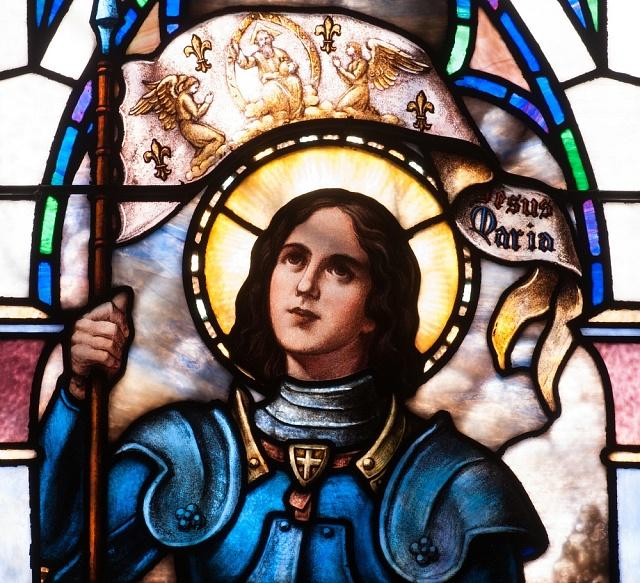 Jana zArku - vitráž vkapli kláštera sv. Benedikta vBristow