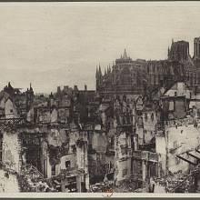 Katedrála Notre-Dame v Remeši v roce 1916, dva roky po ničivém požáru způsobeném bombardováním na začátku 1. světové války
