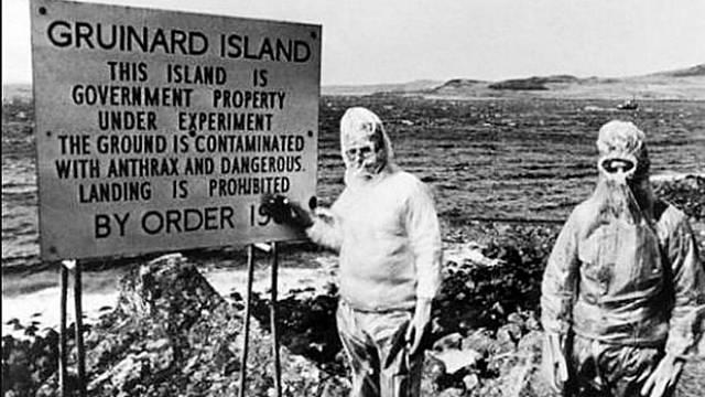 Cedule na ostrově Gruinard informuje o příčině zákazu vstupu