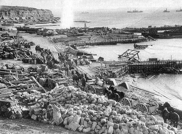 Národní identita Australanů se překvapivě začala utvářet vTurecku. Britského dobývání Gallipoli se účastnily desetitisíce australských vojáků, znichž osm tisíc tu nalezlo smrt. Společný prožitek posílil vědomí australské svébytnosti.