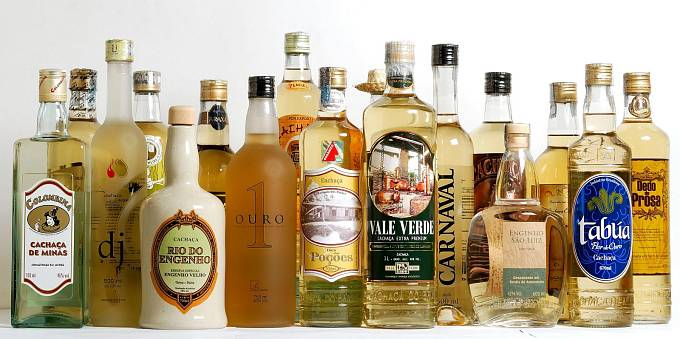 Brazilský národní alkoholický nápoj Cachaça se dá přirovnat k rumu. K výrobě se používá zelená cukrová třtina, která se nejdřív lisuje, pak se nechává kvasit a nakonec prochází destilací. Doporučuje se i zvláštní podávání s ananasem.