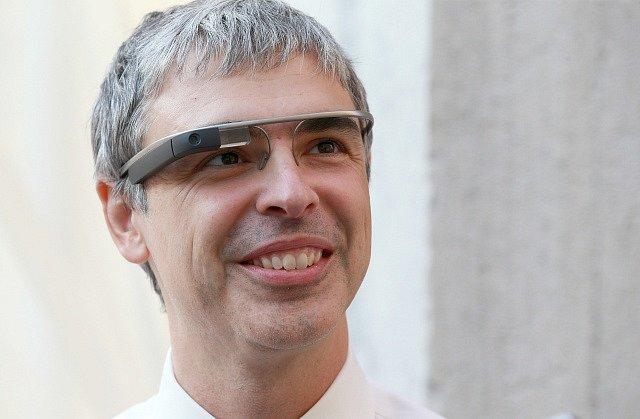 Larry Page při prezentaci Google brýlí v roce 2013