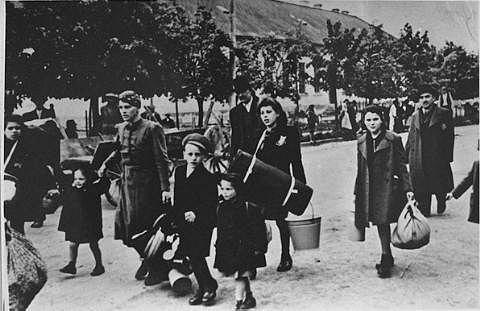 Příjezd rodin do Terezína