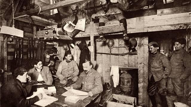 Bitva u Verdunu: Francouzští důstojníci pracující na svých mapách a hlášení ve vyhřívané zemině poblíž Verdunu na západní frontě.