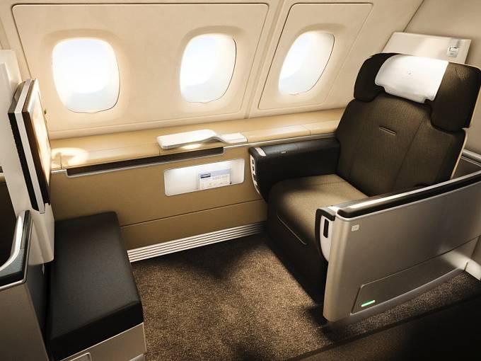 Ergonomické sedadlo, multimediální zábava, skvělý výběr vín a kaviár. First Class podle Lufthansy.