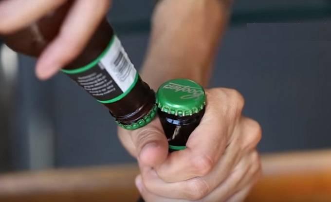 Pivo se dá otevřít druhým pivem.